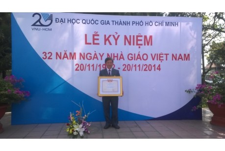 Pro. NGUYEN DUC THANH reveiving the honor Excellent Lecturer